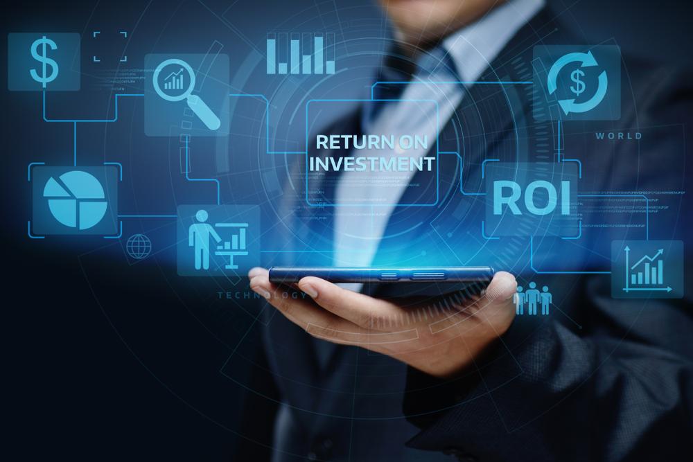 不動産投資と株式投資の収益性をタブレットで検索する男性