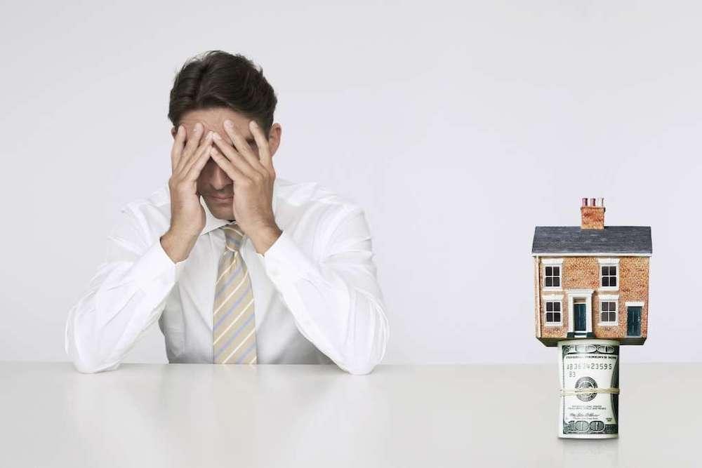 シェアハウス・不動産投資で悩む男性