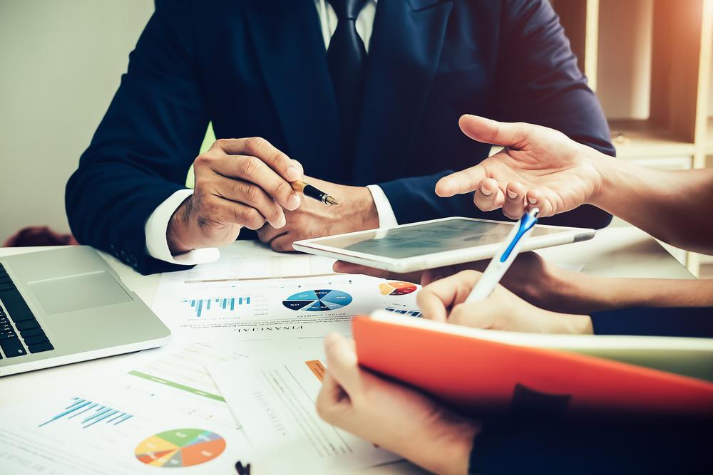 不動産投資と株式投資の流動性を話し合う人たち