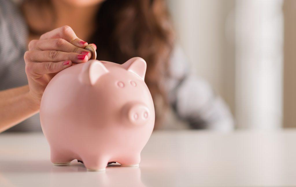 予期せぬ出費のために貯金をする女性