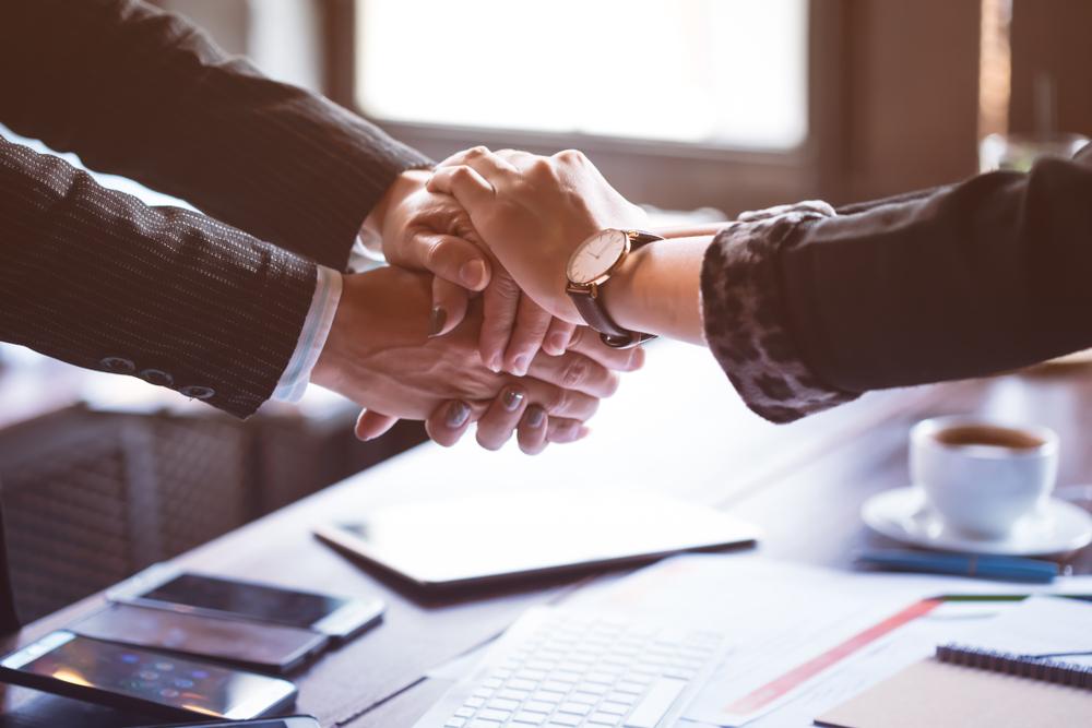 対応の早い管理会社の担当者と握手をする様子