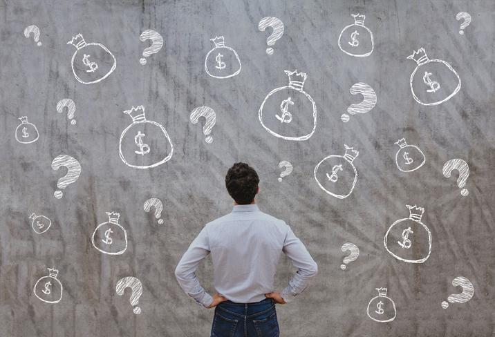 不動産投資について考える男性