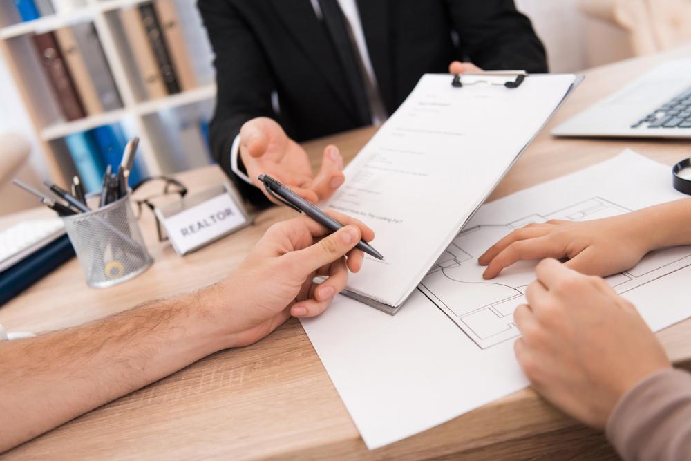 耐震基準について不動産屋と話し合う投資家