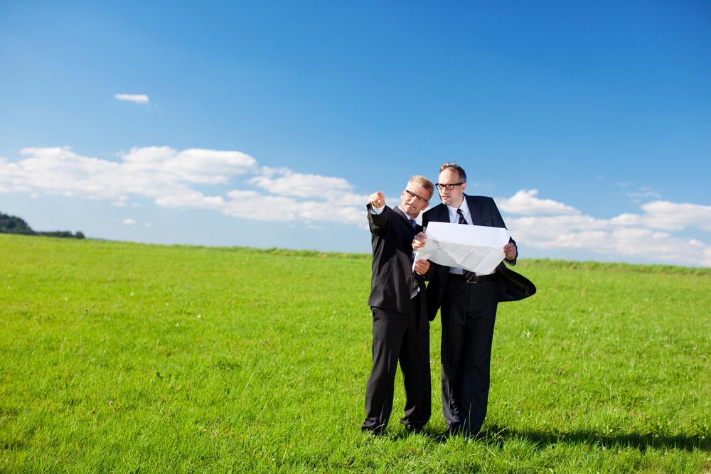 土地を検討する男性二人