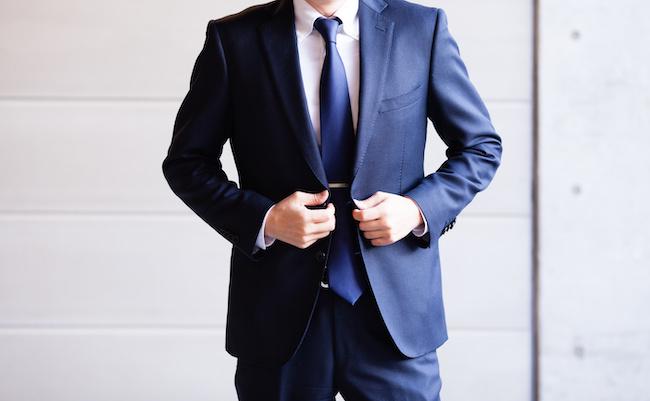 スーツを着たビジネスマン