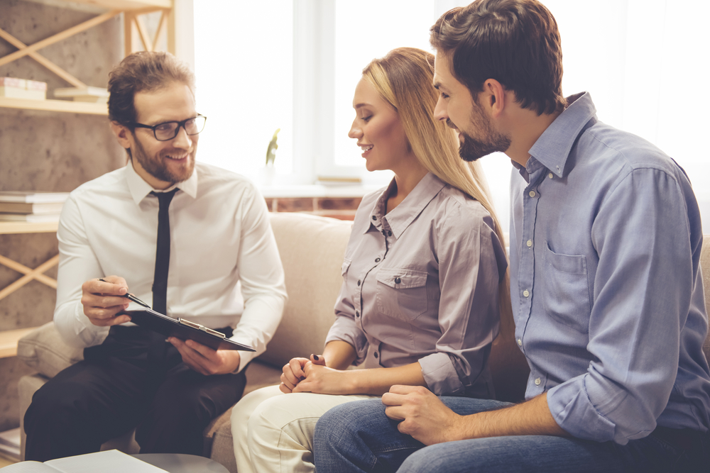 銀行で融資を受ける話し合いをする若い夫婦