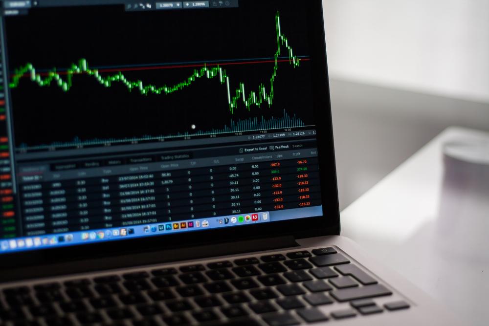ノートパソコンに株のグラフ