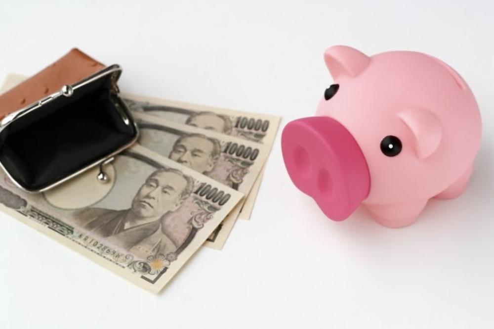 豚の貯金箱と日本の一万円札