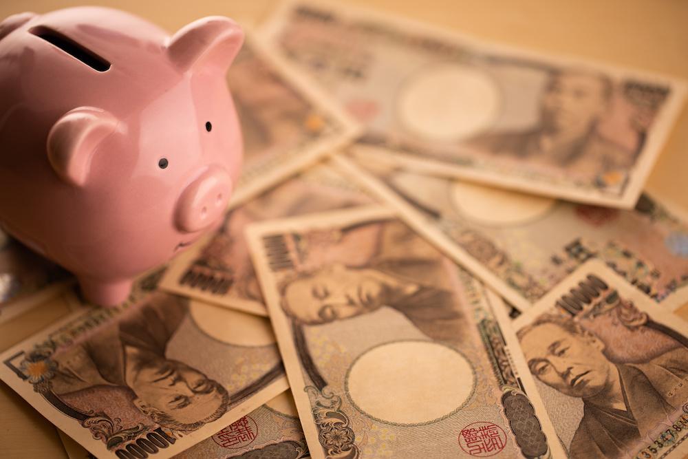 豚の貯金箱とお金のイメージ