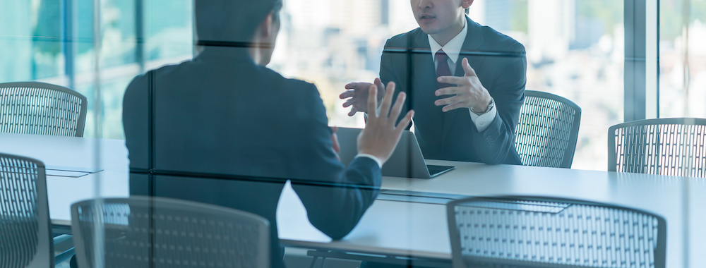 スーツ姿の男性2人 話し合い