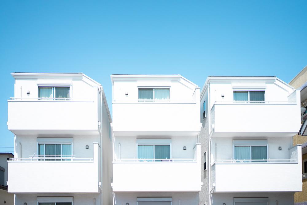 3軒の3階建て建売物件