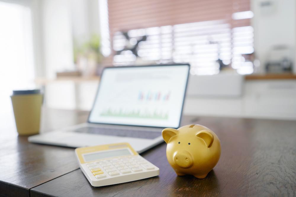 金の豚の貯金箱・ノートパソコン・電卓